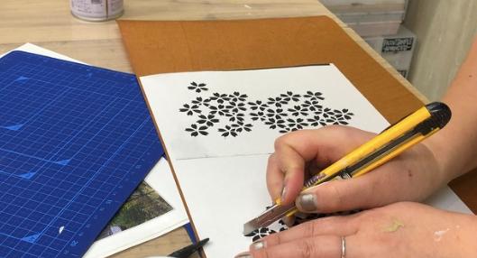 アート教室。まずは柿渋紙をカットして型紙を作ります。インテリアコーディネーターのブログ。
