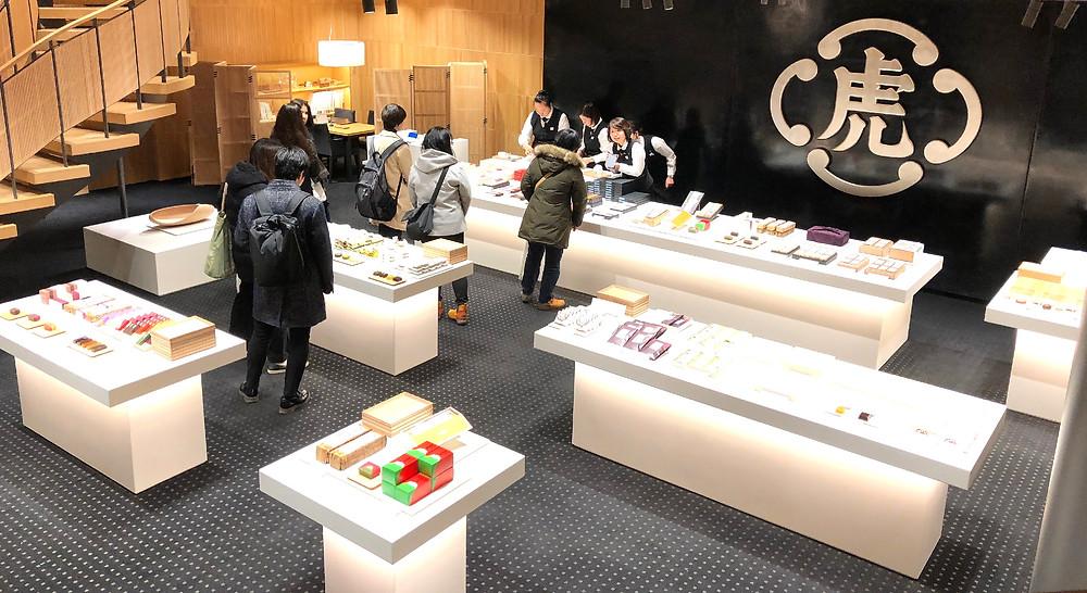 オープンな商品展示のとらや赤坂店の新店舗。黒漆喰が輝いています。インテリアコーディネーターのブログ。