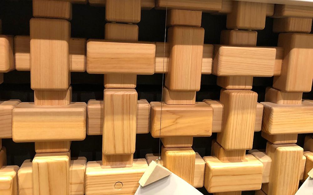 とらや新店舗の建築は木質感たっぷり。壁のブロックは羊羹をイメージ?インテリアコーディネーターのブログ。