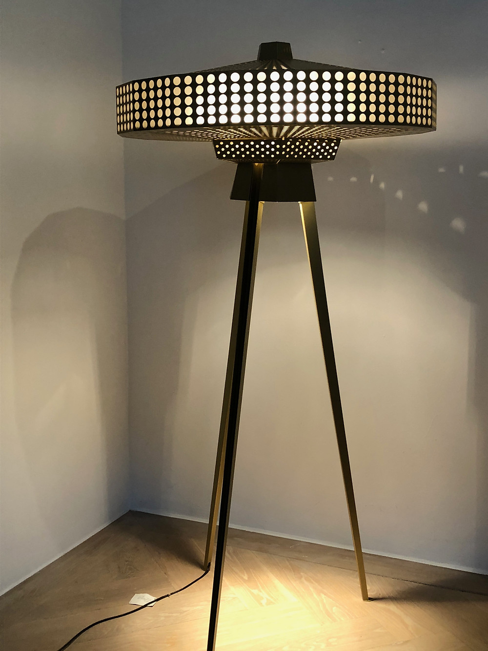 オランダでみた照明スタンド。大ぶりで大胆なデザイン。インテリアコーディネーターのブログ。