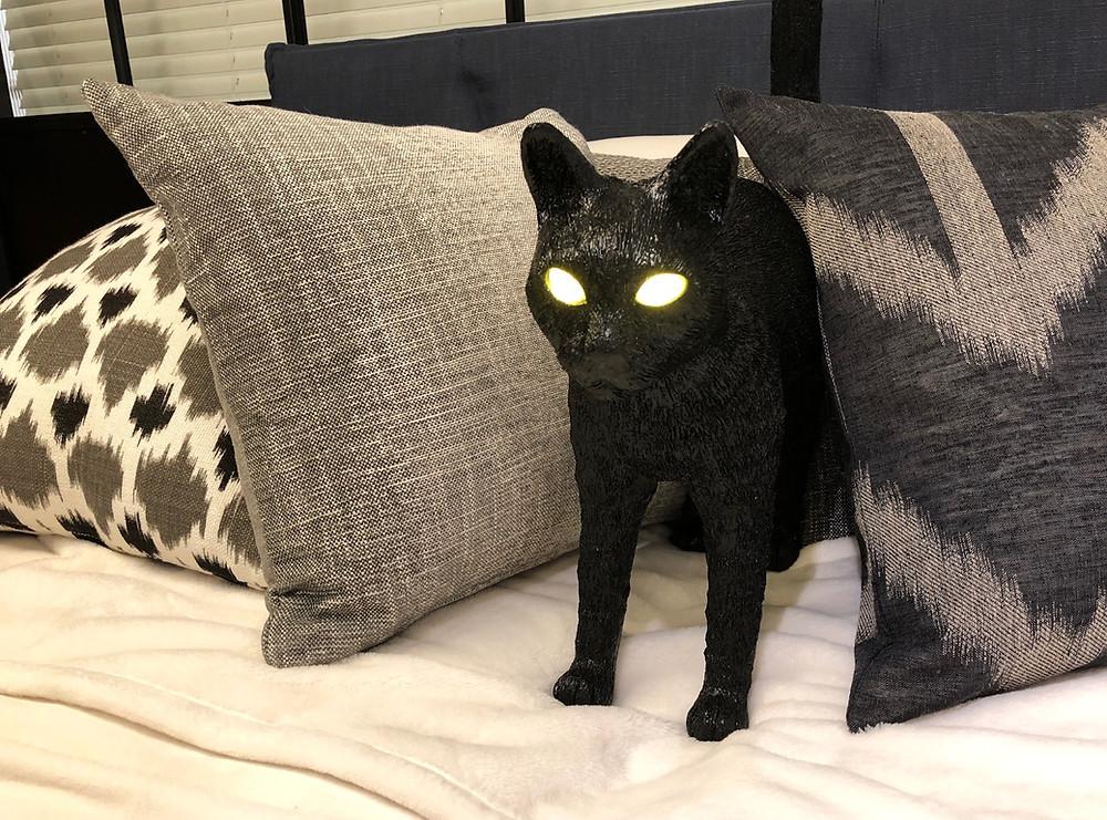 LED照明 黒猫のスタンド 猫の目がLED 寝室インテリア。コーディネーターのブログ。