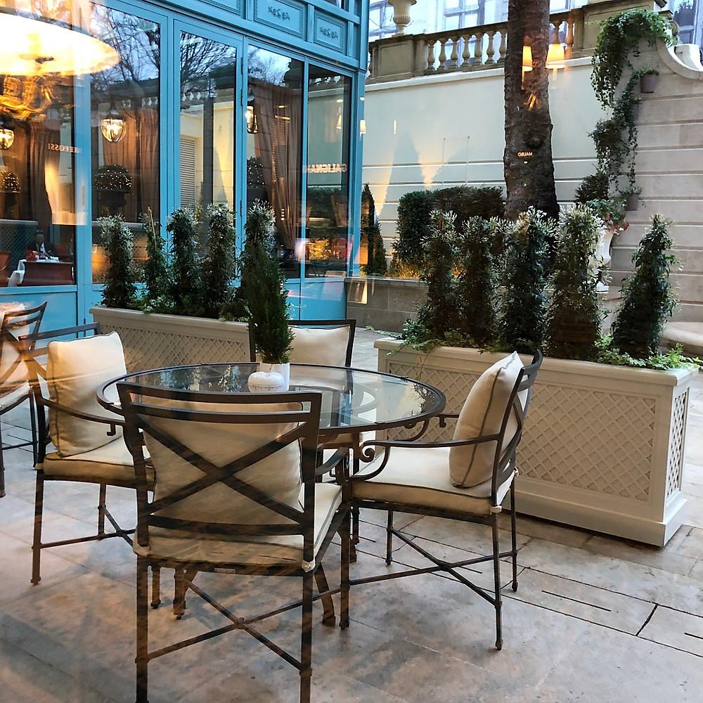 パリのリッツ・カールトンのレストラン、テラス席。インテリアコーディネーターのブログ。