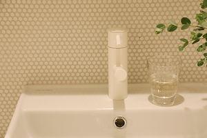 マンションの洗面台のリノベーション実例。水栓金物も白でおしゃれに。