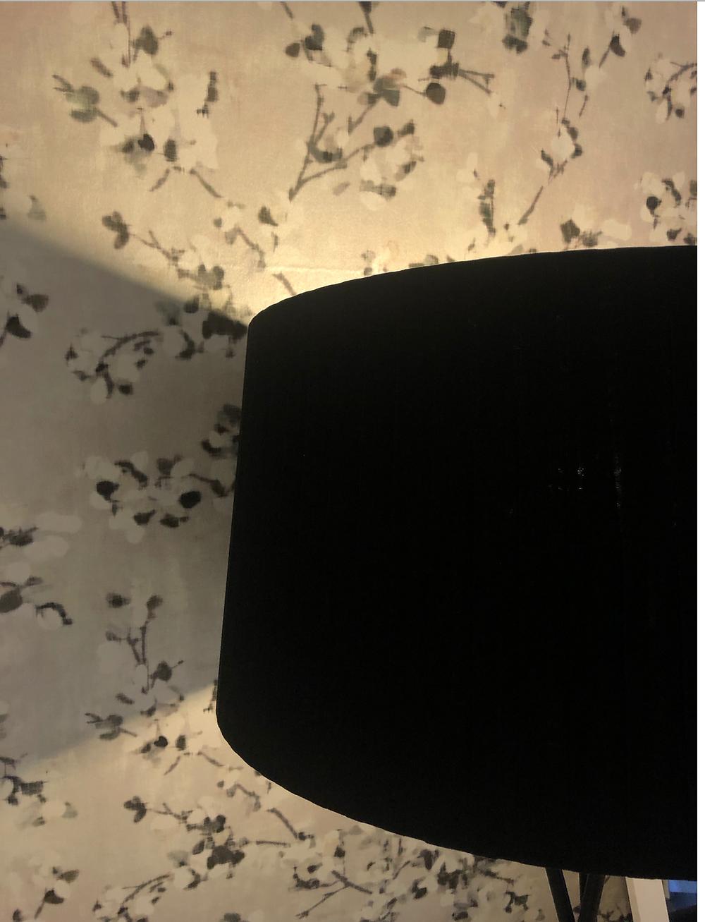 リビングは、ROMOの美しい壁紙に張り替えました。合わせて黒いセードのスタンド照明(ルミナベッラのトライポッド)でシックに。インテリアコーディネーターのブログ。