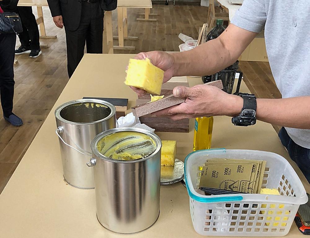 家具のオイル仕上げ ビーワックス。 タイム&スタイルの工場にて。インテリアコーディネーターのブログ。