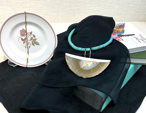 アクセサリーと洋皿を、金継ぎ教室の作品展に展示しました。インテリアコーディネーターのブログ