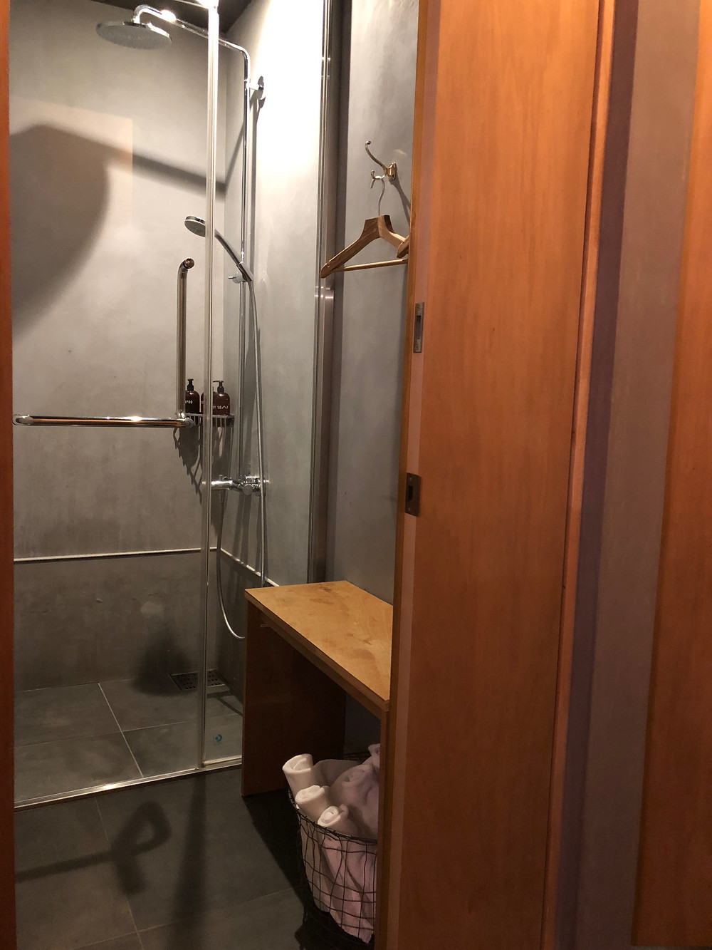 シェアホテルのシャワーブース。金沢にて。インテリアコーディネーターのブログ。