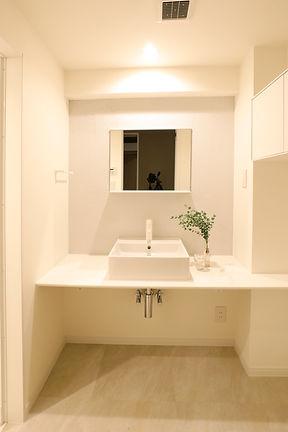 洗面所のリフォーム実例 中古マンションをおしゃれに。白いドットのタイルで爽やかに。