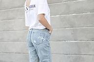Una donna in jeans e t-shirt