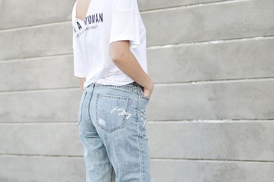 Uma mulher de jeans e camiseta