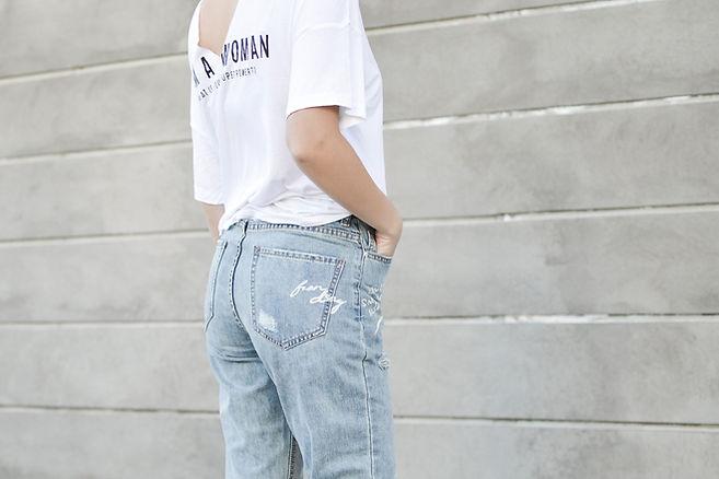 Une femme en jeans et t-shirt