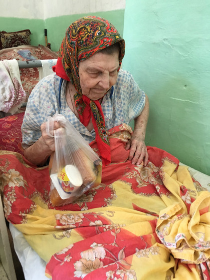 Special lunch given to a bedridden senior