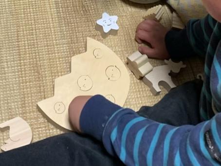 木のパズル遊び