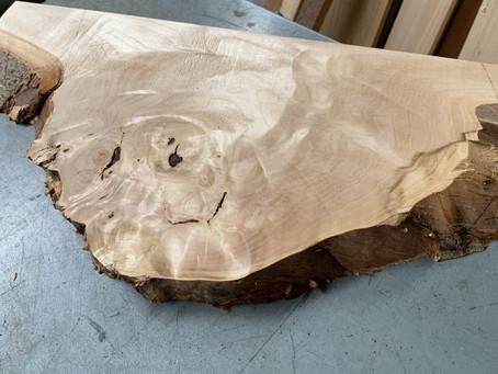 樹皮がついた板材
