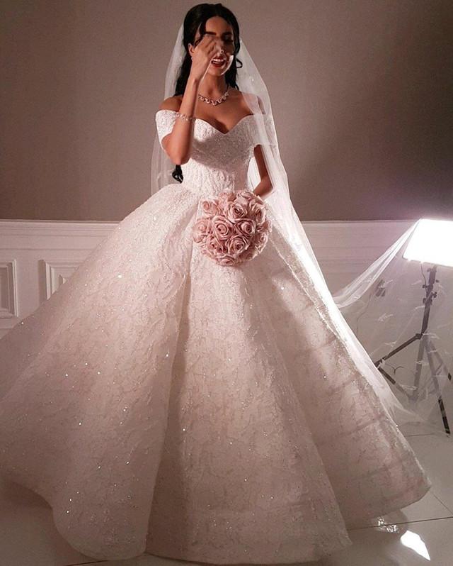 8d1e44fd9 تميزى بإطلالة أنثوية وملكية فى يوم زفافك بفستان أسطورى رائع من توقيع يوسف  الجسمى، الذى ترتدى من تصميماته أشهر النجمات فى العالم .