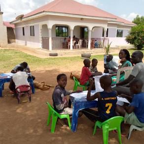 Ouganda : les cours à la maison