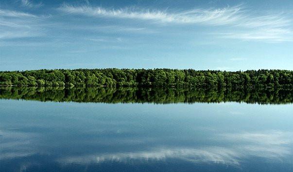 Зеркальная гладь озер в хорошую погоду невероятная