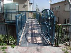 בניית גשר כניסה לדירה ושיפוץ מורכב ומורחב