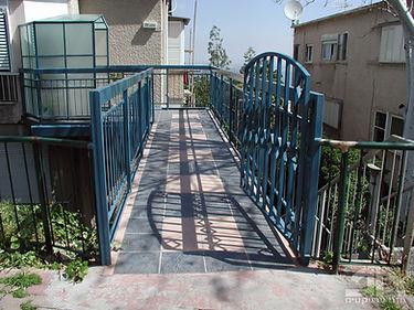 בניית גשר כניסה לדירה ושיפוץ מורכב