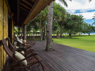 Sira Beach House - Expansive lawn with b