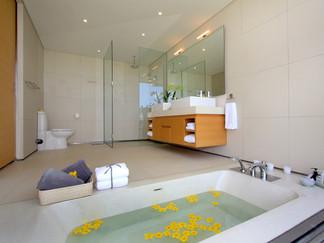 23. Villa Amarelo - Ensuite bathtub.jpg