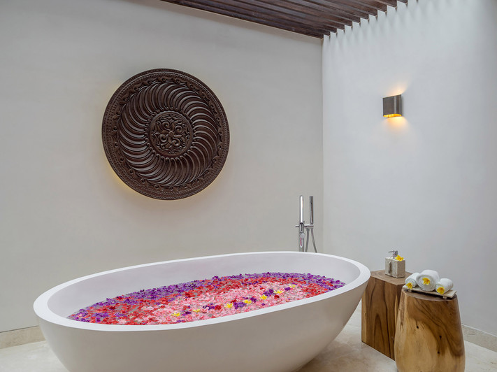 Grand Cliff Nusa Dua  - Ensuite bathtub.