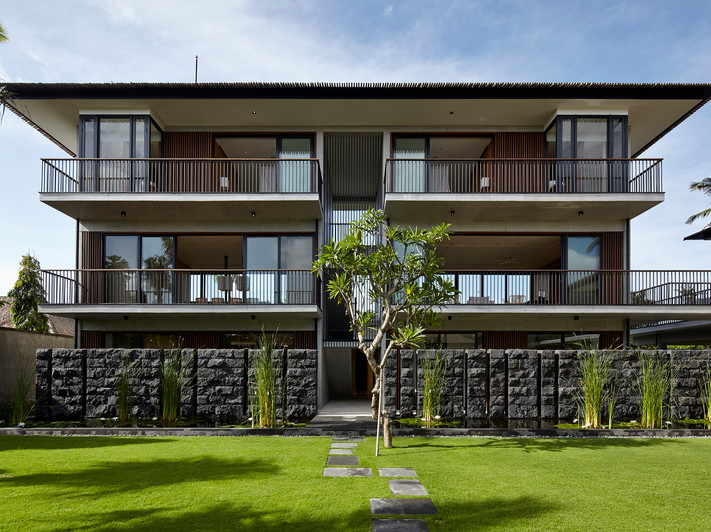 15-Arnalaya Beach House - Courtyard behi