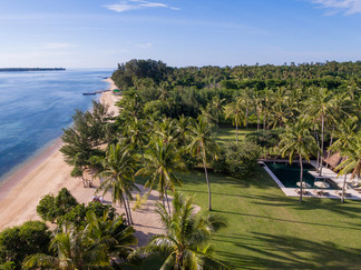13. Sira Beach House - Absolute beachfro
