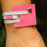 Bracelete couro quadrado