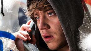 """Lo nuevo de Paulo Londra: """"No puedo"""" en una cabina telefónica."""