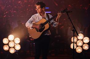 """Harry Styles participa de una guerra de comida en su nuevo video """"Kiwi"""""""