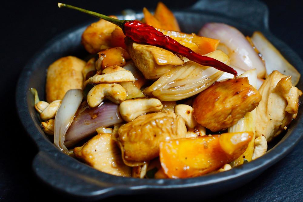Gebratenes Hühnchen mit Cashewnüssen auf Reis - Gai Pad Med Mamuang