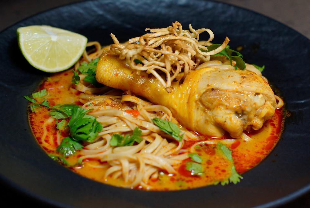 Khao Soi Gai - Kokos-Curry Nudelsuppe mit Hühnchen