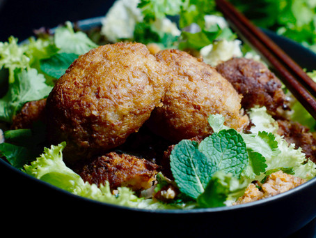 Knuspriger Reisbällchen-Salat aus Laos- Nam Khao
