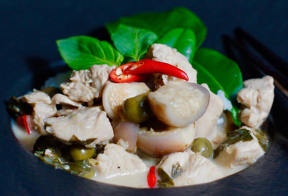 Thailändisches grünes Curry mit Hühnchen - Gaeng Kiew Wan Gai - cooking is a journey