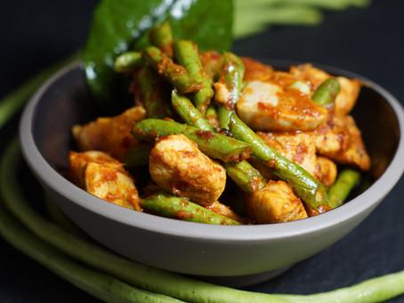 Gai Pad Prik Gaeng - gebratenes Hühnchen in roter Currypaste