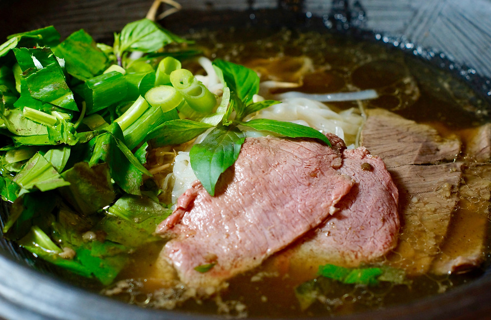 Pho Bo - vienamesische Nudelsuppe mit Rindfleisch cooking is a journey