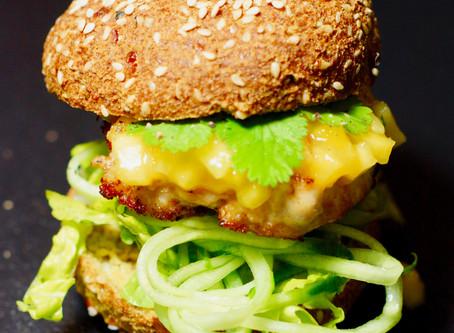 Asiatischer Chicken-Burger mit Mangoreliche im Low-Carb-Brötchen