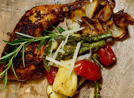 Knusprige Hühnerschlegel aus dem Backofen mit Zucchini-Spargel-Gemüse