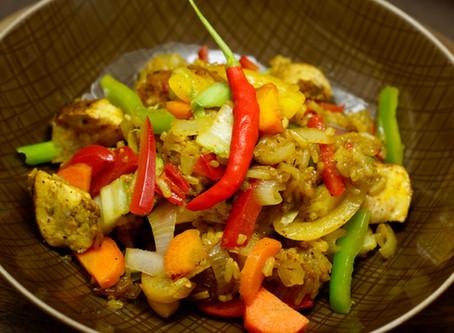 Nasi Goreng - gebratener Reis mit Hühnchen