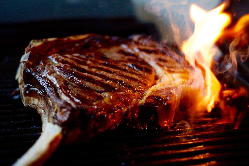 Dry-Aged Tomahawk-Steak und Chimichurri
