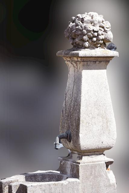 Antieke sierfontein met bak
