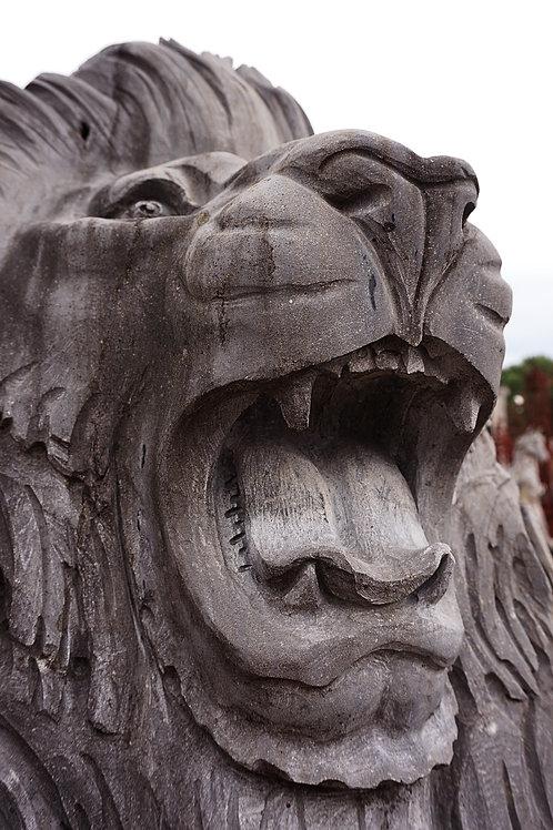 Brullende leeuwen op sokkel