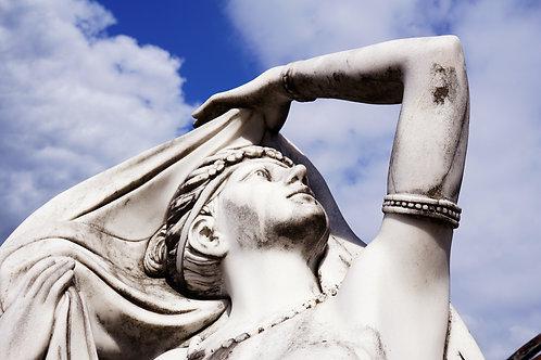 Dame kijkend naar de hemel