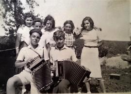 Mladí lidé z Československa prožívali v Dánsku první velké radosti i smutky. Tohle je jedna z narozeninových oslav v Dánsku.