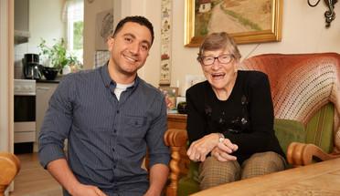 Firma Elderlearn propojuje dánské seniory a cizince. Je to moc zajímavý nápad: senioři vypráví cizincům o dánské kultuře a životním stylu a cizinci se díky tomu učí dánštinu a dozvídají se, jak žijí Dánové. Firma už takhle propojila stovky seniorů a cizinců po celém Dánsku.