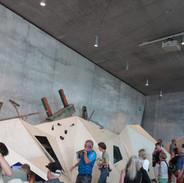 Návštěvníci muzea prochází expozicí a naslouchají audioprůvodci.
