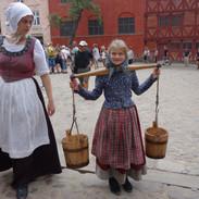 Po celém areálu uvidíte děti i dospělé v dobových kostýmech.