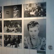 V expozici si můžete vybrat, který příběh vás zajímá. Třeba osudy dánských žen, které chodily s německými vojáky.