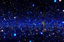 Světelná show v galerii. Nedaleko Kodaně je slavná galerie současného umění Louisiana. V roce 2020 tam byla světelná instalace, kterou vytvořila Japonka Yayoi Kusama.